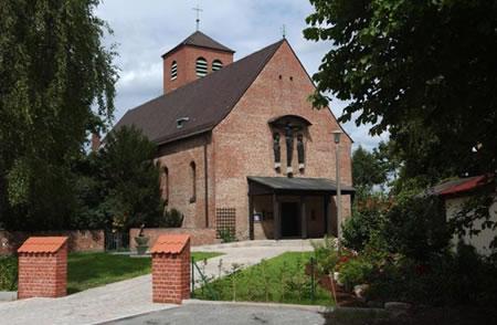 Blick auf die Kirche über den 2006 erbauten Vorplatz